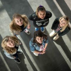 <strong>Lianne Sargsjan met haar klasgenoten en vriendinnen</strong>