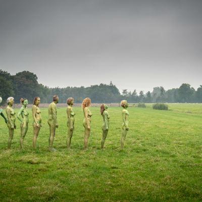 <strong>Wijlanden</strong><br><p>Negen mensen laten zich naakt fotograferen door Harrie Muis voor het project de Friese WIJlanden.</p>