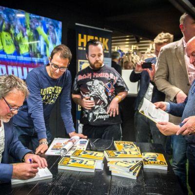 <strong>Henk de Jong</strong><br><p>Henk de Jong zet handtekeningen in zijn boek - Drachten</p>