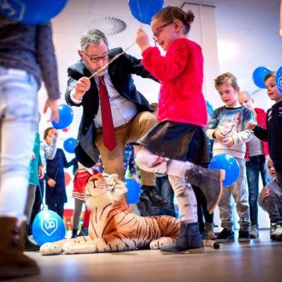 <strong>Tijger</strong><br><p>Kinderen helpen wethouder Rob Jonkman over de slapende tijger heen - Gorredijk</p>