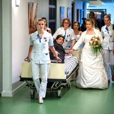 <strong>Trouwen in ziekenhuis</strong><br><p>Marcel Timmerman en José Rosema trouwen halsoverkop in het ziekenhuis van Drachten. Omdat de bruidegom ernstig ziek is en daar het ziekenhuis niet mag verlaten - Drachten</p>