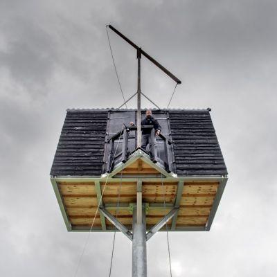 <strong>Kunstenaar op hoogte</strong><br><p>Kunstenaar Yasser Ballemans zit in een houten hokje op 7 meter hoogte aan de Tussendiepen - Drachten</p>