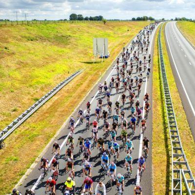 <strong>Elfwegentocht</strong><br><p>De Elfwegenparade over de Waldwei bij het Aquaduct Langdeel. Als slot van de twee weken Elfwegetocht reden 1000 deelnemers fossielvrij over de waldwei naar de Leeuwarden - Leeuwarden</p>