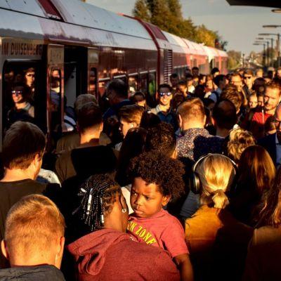 <strong>Wachten op trein</strong><br><p>Door werkzaamheden aan het spoor, is het extra druk in Buitenpost waar veel reizigers moeten overstappen - Buitenpost</p>