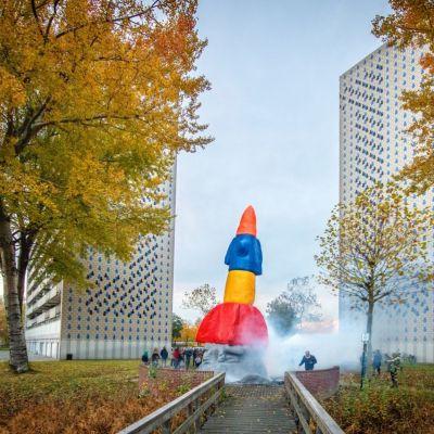 <strong>Raket</strong><br><p>Onthulling van Toekomstig Geluk (de raket). Tussen de Tjaarda flats. - Drachten</p>