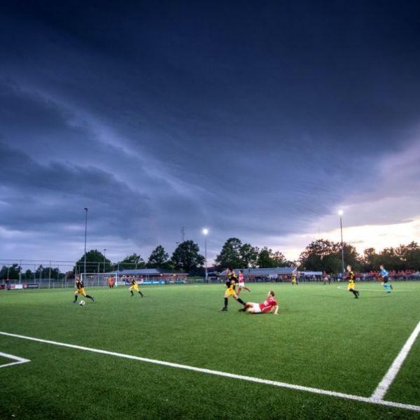 <strong>Donkerewolken boven wedstrijd</strong><br><p>Onweersbuien boven de wedstrijd tussen Bolsward en Westerwolde. Door verlies met strafschoppen degradeert Bolsward naar d 4e klasse – Marum</p>
