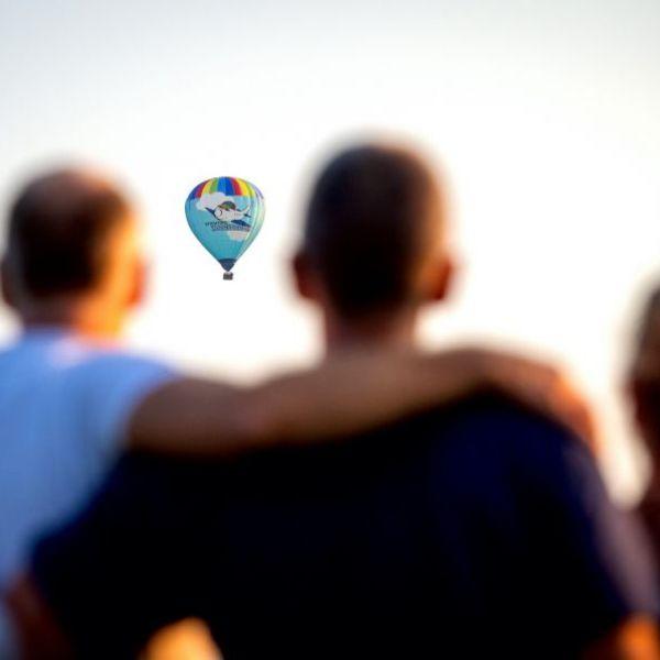 <strong>PH-TVD</strong><br><p>Familieleden kijken de nieuwe heteluchtballon van Stichting Hoogvliegers na. De ballon kreeg het registratie nummer PH-TVD mee, vernoemt naar de vorig jaar gecrashte piloot Tjerk van Dijk die zich veel inzetten voor de stichting - Drachten</p>
