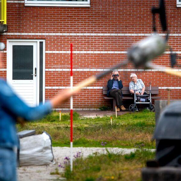 <strong>Dorpstuin</strong><br><p>Buurtbewoners van de aanleunwoningen kijken via een verrekijker naar het overdragen van de Dorpstuin aan de stichting - Grootegast</p>