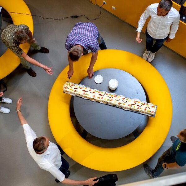 <strong>1,5 meter taart</strong><br><p>Schooldirecteur Johan Hoekstra van Gomarus heeft een taart van anderhalve meter besteld, voor zijn collega's als dank voor hun inzet tijdens het thuisonderwijs en bij de schoolexamens - Drachten</p>