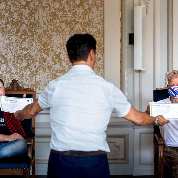 <strong>Vinders eerste Ljipaai</strong><br><p>Vinders van het eerste kievitsei van Heerenveen krijgen Coronaproof hun oorkonde - Heerenveen</p>