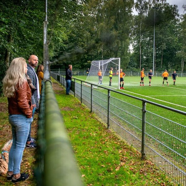 <strong>Voetbal op afstand</strong><br><p>Ouders van voetballers van Drachtster Boys kijken door de nieuwe coronamaatregelen op afstand naar hun ouders - Drachten</p>