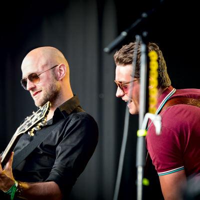 <strong>Douwe Bob op Oerrock</strong><br><p>Gitarist JP Hoekstra met zanger Douwe Bob - Ureterp</p>