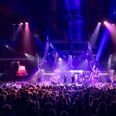 <strong>Mega Piraten Festijn</strong><br><p>Duizenden liefhebbers van het Nederlandse levenslied kwamen naar Marum voorhet Mega Piraten Festijn - John de Bever met Marianne Weber</p>