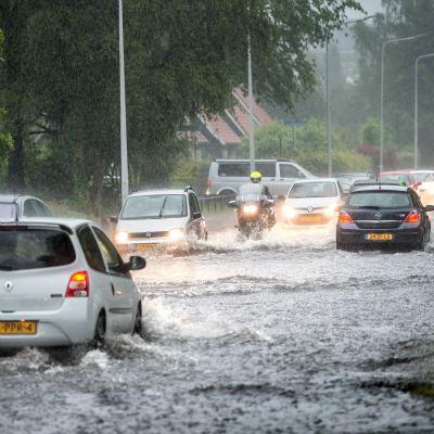 <strong>Waterweg</strong><br><p>Na een hevige regenbui is de Gauke Boelensstraat ondergelopen - Drachten</p>