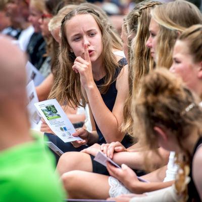 <strong>ssssssttttt</strong><br><p>Meisje maant haar klasgenoten tot stilte bij het Junior Lauswolt Zomerconcert - Beetsterzwaag</p>